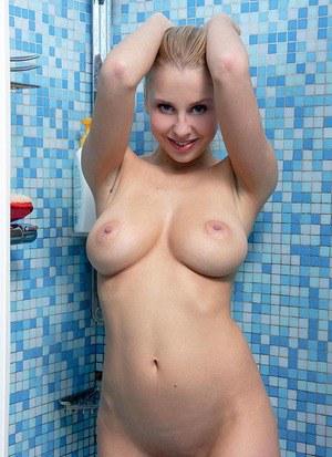 Голая онанистка в ванной