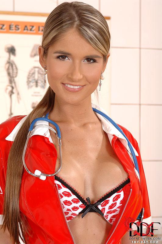 Медсестра дрочит резиновым пенисом