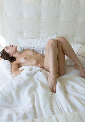 Уединилась в спальне и помастурбировала
