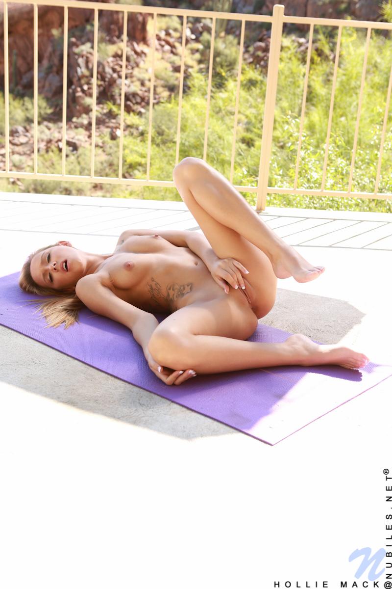 Фитоняшка мастурбирует на тренировке
