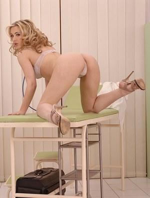 Медсестра увлеклась мастурбацией на работе