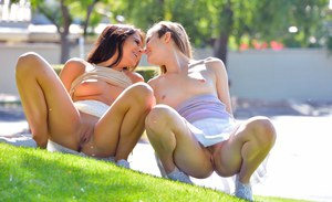 Подруги мастурбируют двойным дилдо на улице