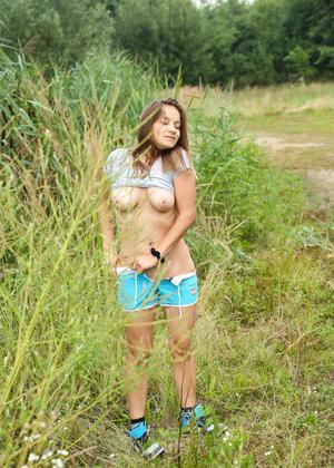 Жопастая девушка мастурбирует в кустах